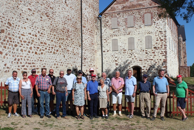 Gruppkort framför Kastelholms slott