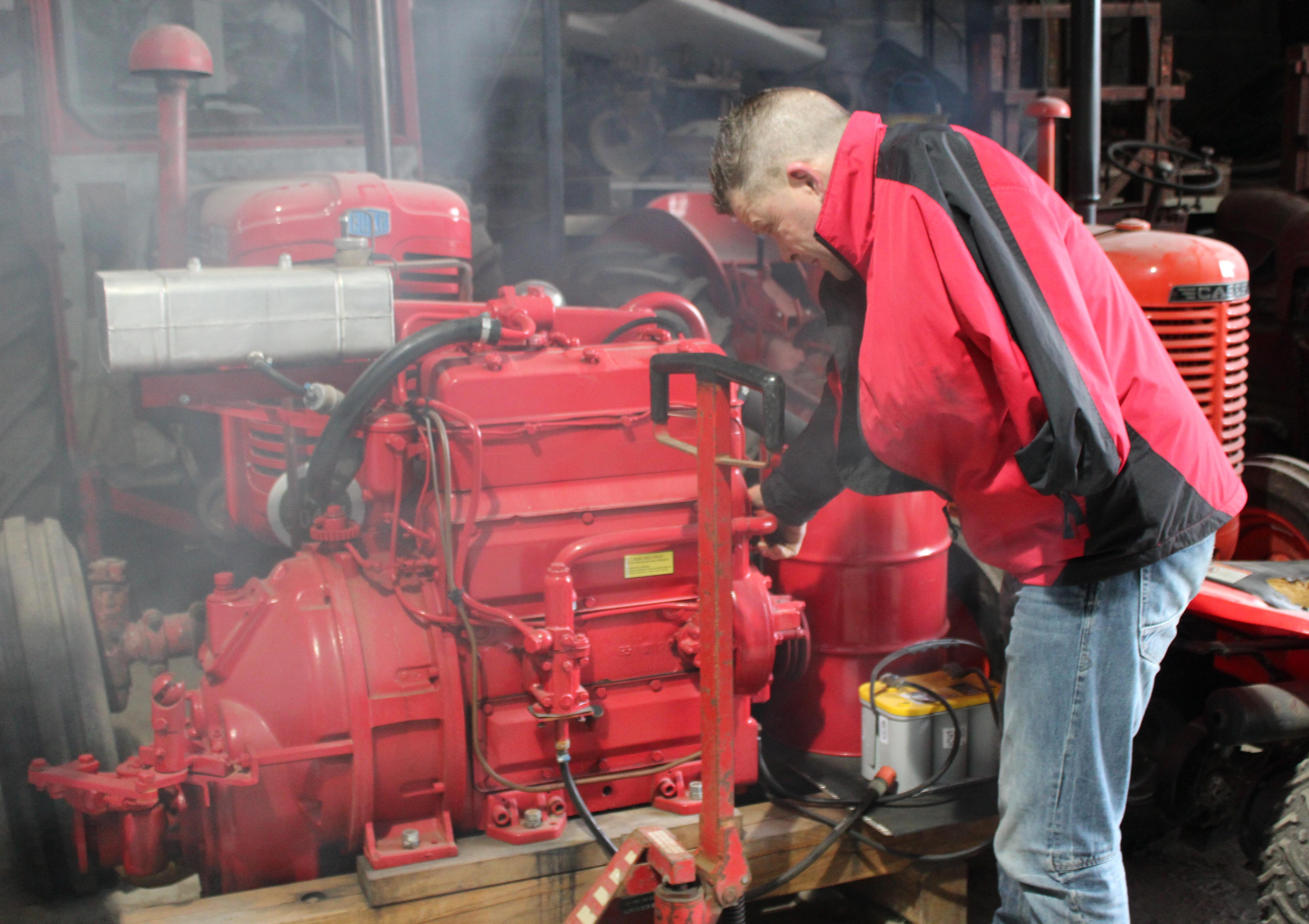 Steffen Beierholm Sorö Danmark demonstrerar en Bukh Dieselmotor