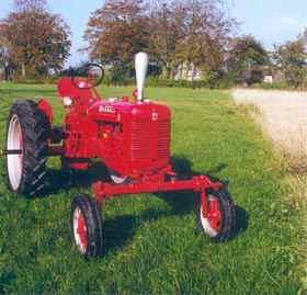 Farmall tillverkades med såväl Narrow Front som Wide Front. Här en WF 1951