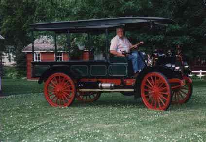 år 1915 efterträddes Auto Buggyn av denna IHC Motor Truck med vattenkyld   motor men alltjämt med kedjedrift. Bilen ägs av svenskättlingen  Varlen Carlson, Country Relics Village, Stanhope, Iowa, USA