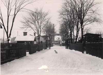 Entrén till fabriken i Norrköping en vinterdag 1908