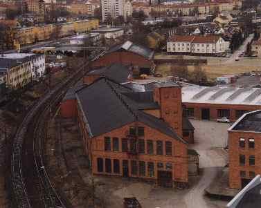 En del av fabriksområdet som det ser ut idag. Flera av de gamla byggnaderna är bevarade och används fortfarande. Observera hur byggnaden i förgrunden anpassats till järnvägskurvan.