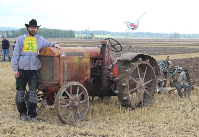 Erik pustar ut vid sin fina 10-20 vilken går som en klocka och var tävlingens äldsta traktor.